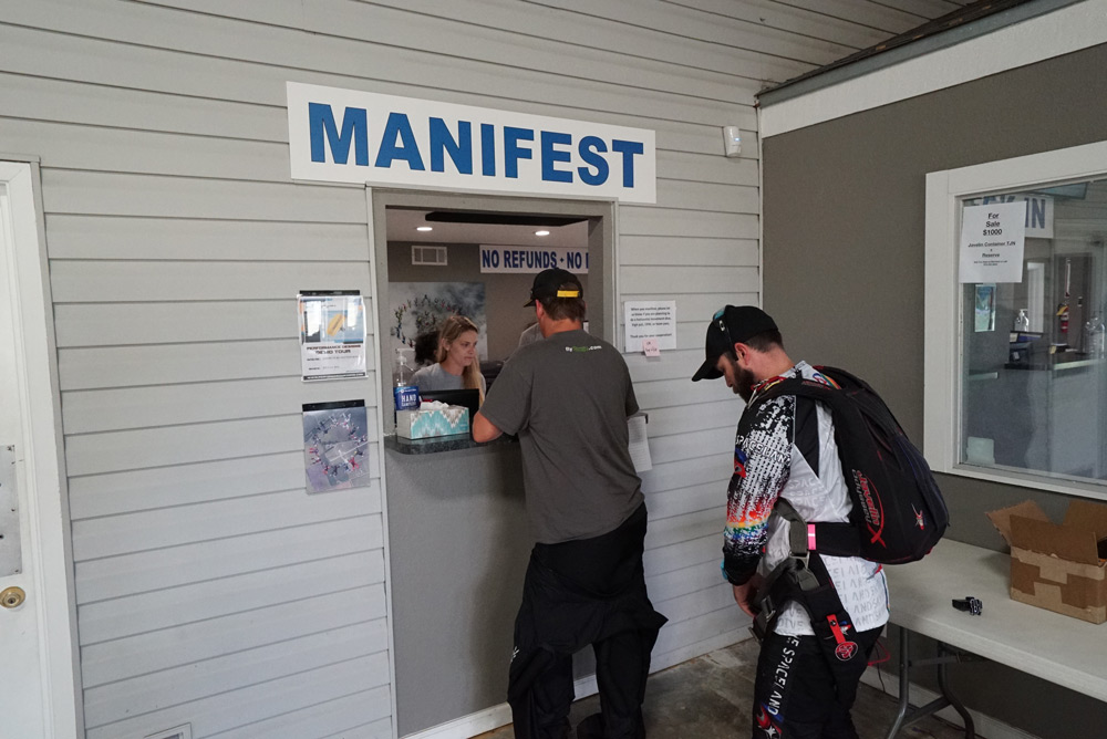 Manifest window in the main packing area